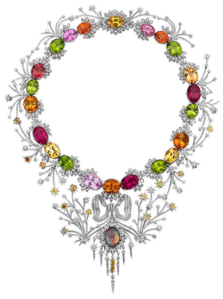 GUCCI「Hortus Deliciarum歡愉花園」系列高級珠寶,白金鑲鑽彩寶項鍊。(圖╱GUCCI提供)