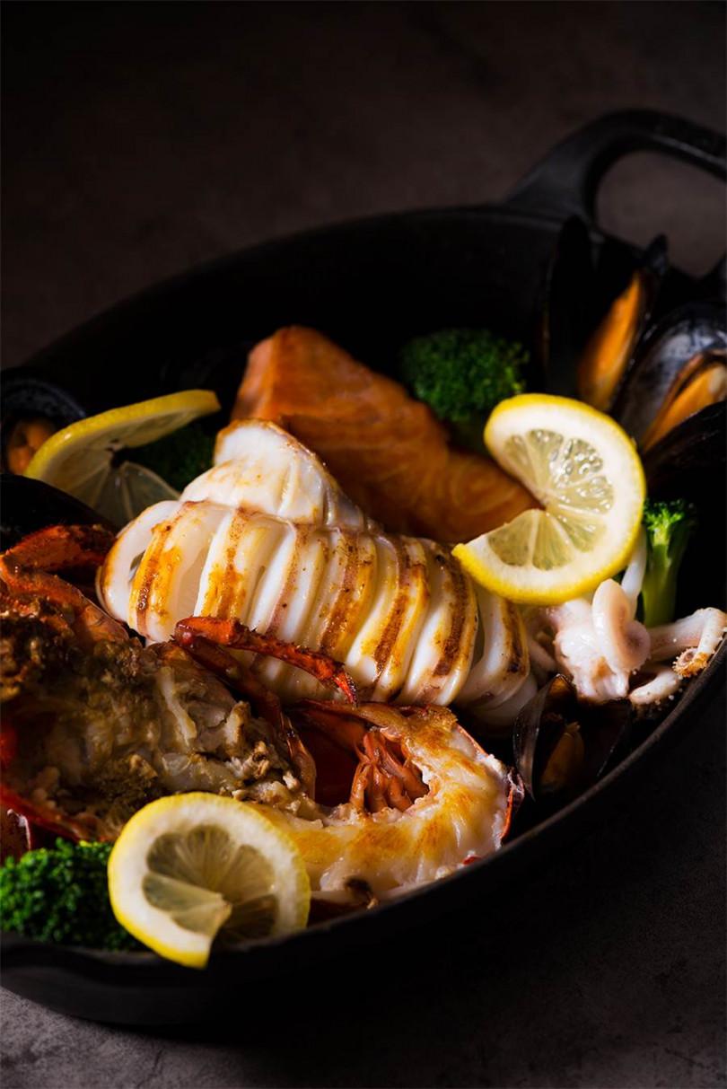 主廚特製海鮮盤(1/2龍蝦|透抽|鮭魚|淡菜) ,1,900元。