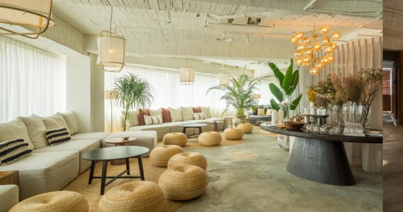 Relax 33莊園的公共空間比按摩區還要大! 按摩完的舒緩區裡,是放鬆後的人們在自家客廳,自由來去享受康福茶。(圖/品牌提供)