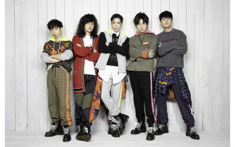 蕭敬騰率領獅子樂團身穿MCM,拍攝新專輯形象照。(圖/品牌提供)