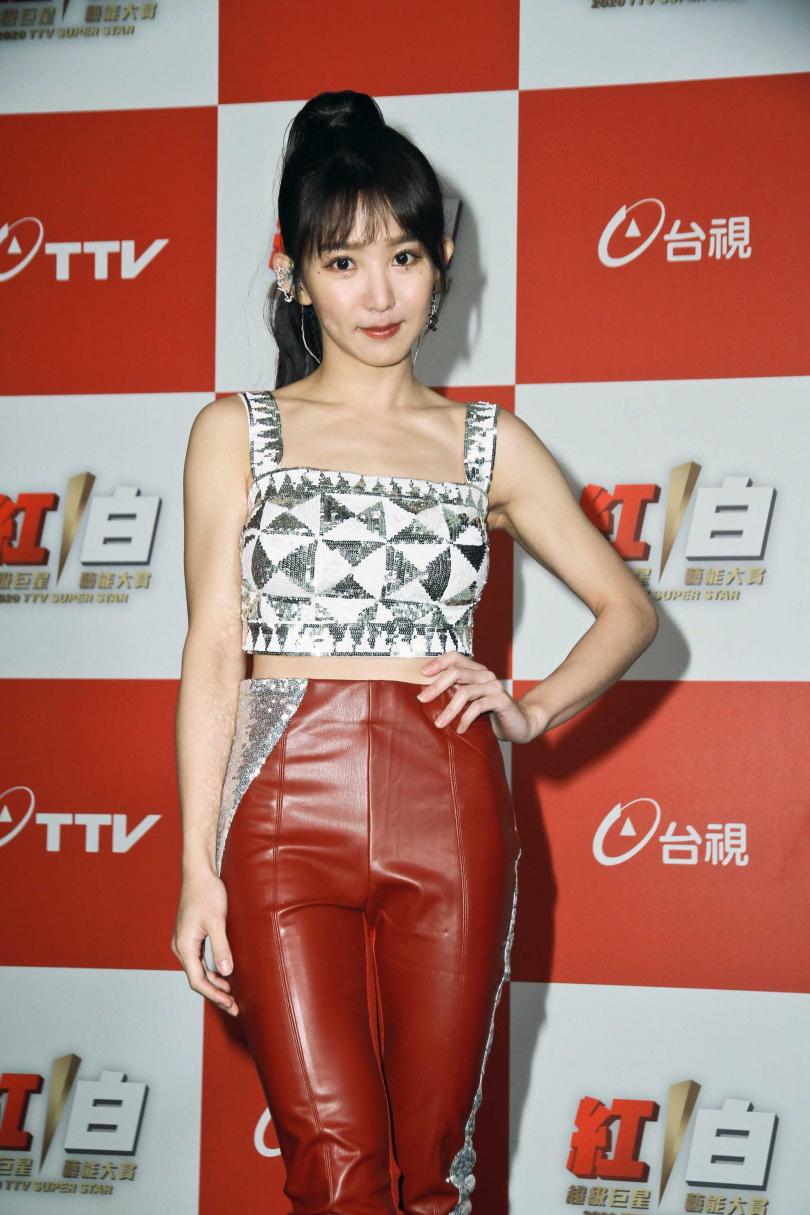 郭書瑤睽違9年重拾歌手身分,以新歌〈合拍〉登《紅白》。(圖/台視提供)