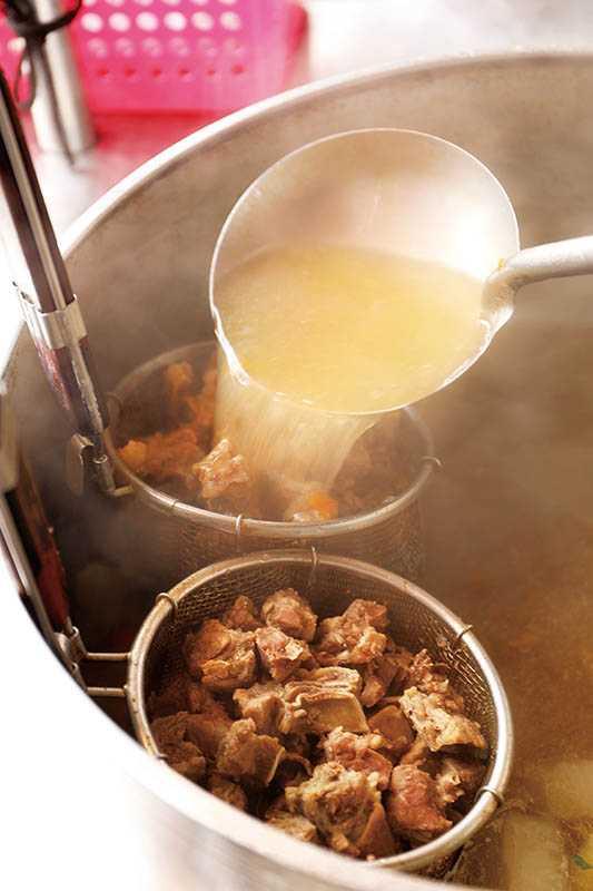 「牛腩湯」以牛腩、蘿蔔清燉,老闆娘舀湯時將湯汁淋上牛腩沖出香氣。(圖/于魯光)