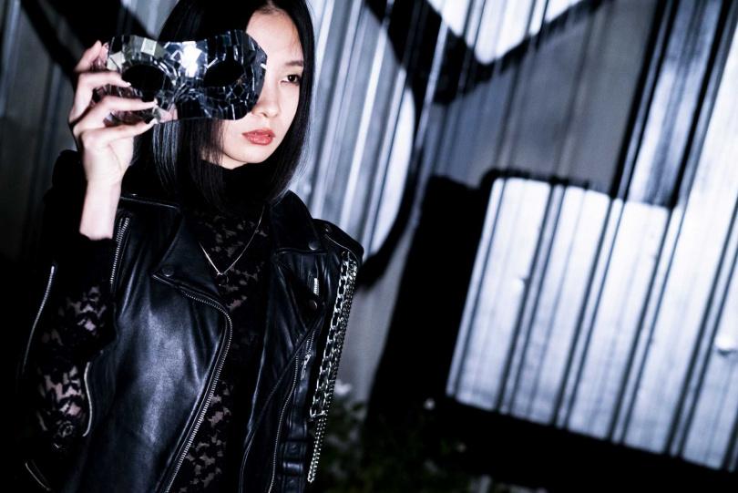 陳忻玥專輯封面特別以「臉」這個概念作為延伸,MV也以「面具」為概念拍攝。(圖/陶山音樂提供)