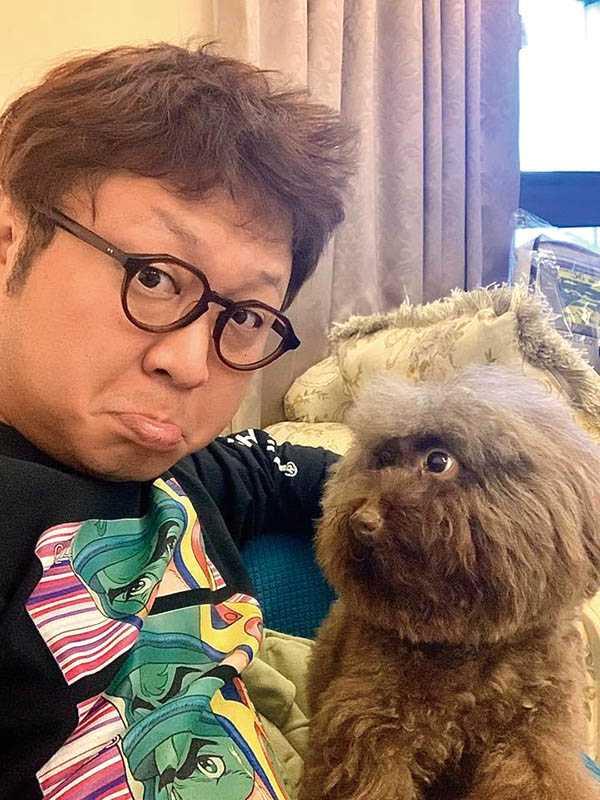 男友納豆也十分寵狗,時常和依依的愛犬合照,且模樣搞笑。(圖/翻攝臉書)