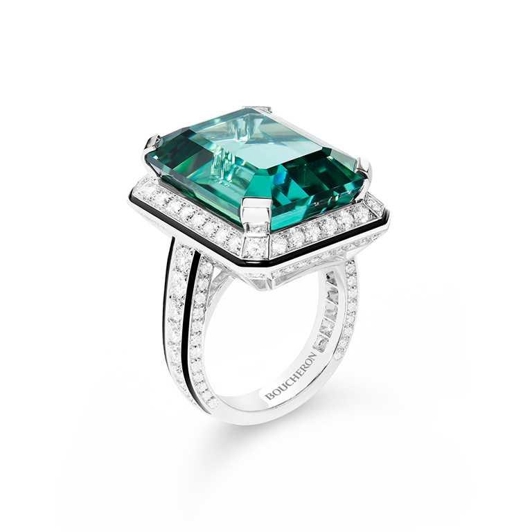 BOUCHERON「LISERÉ」系列珠寶,白金鑲鑽與綠碧璽戒指╱4,460,000元。(圖╱BOUCHERON提供)