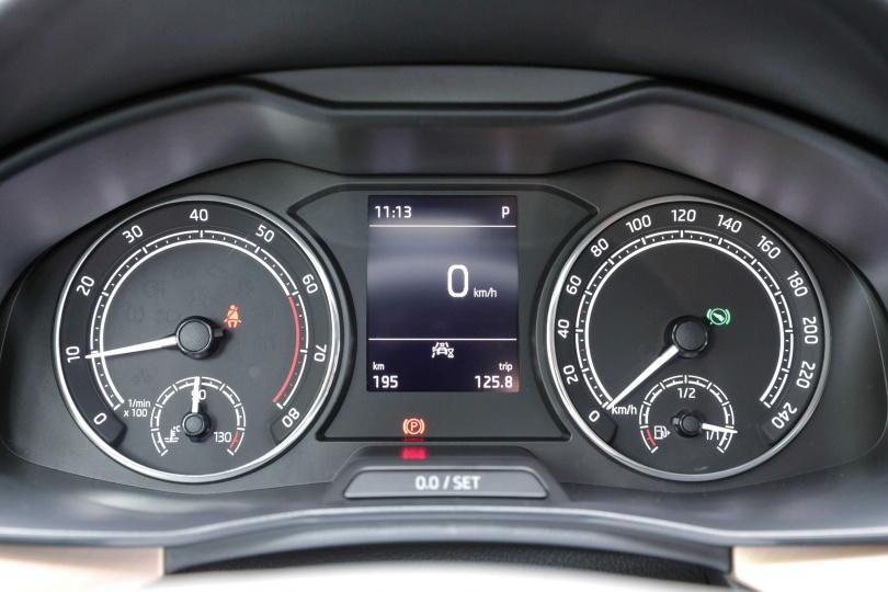 儀表板採雙圓式設計,中間的螢幕可顯示平均油耗、車速等多項數據。(圖/馬景平攝)
