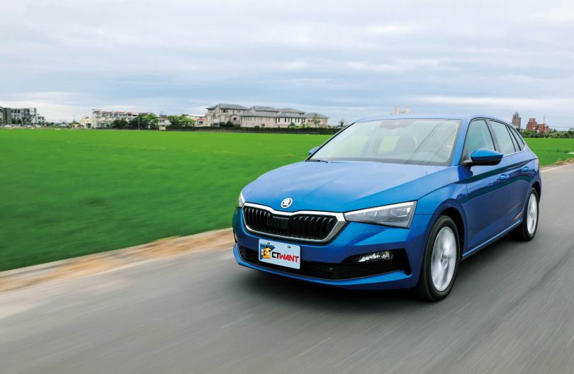 除了既有的RS藍和動感紅,SCALA也有類似金龜綠的車色可選擇。(圖/馬景平攝)
