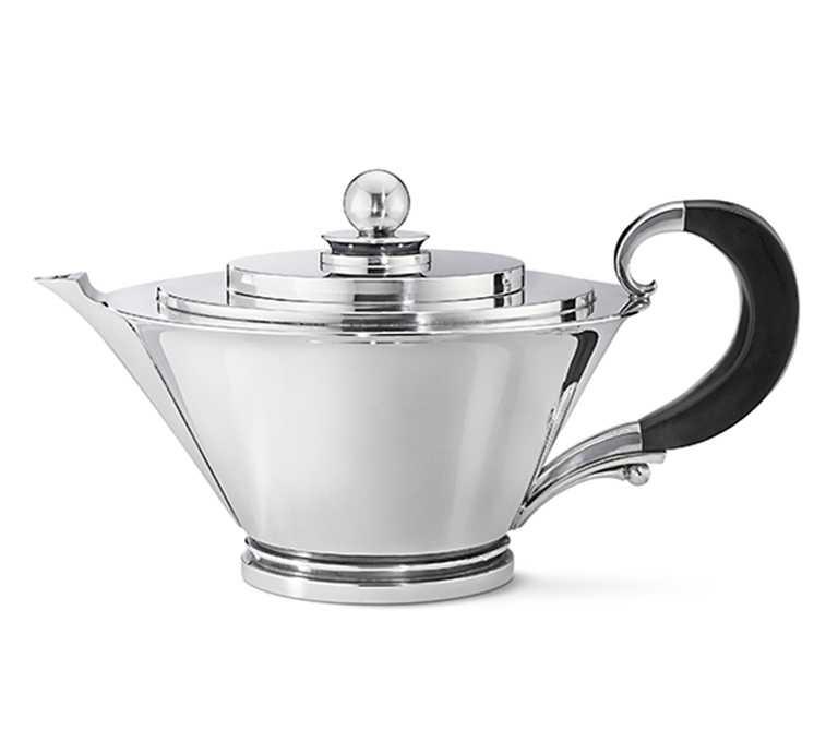 GEORG JENSEN「銀雕茶壺」,設計師Harald Nielsen作品╱442,100元。(圖╱提供GEORG JENSEN)