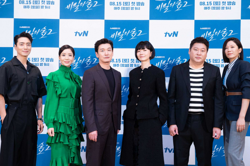 李浚赫(左起)、尹世雅、曹承佑、裴斗娜、崔武成和田慧振今出席《秘密森林2》線上記者會。(圖/Netflix提供)