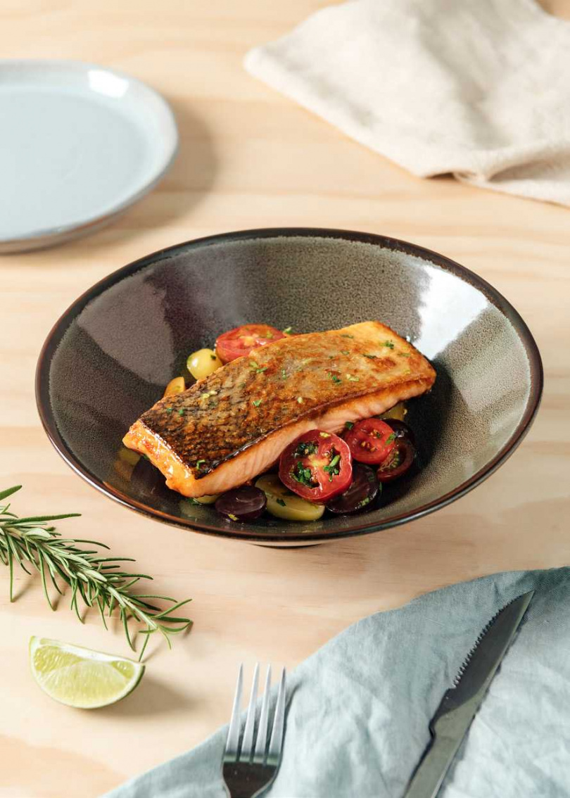 6.將步驟2的小番茄置於盤中鋪底,再放上鮭魚,就大功告成囉!