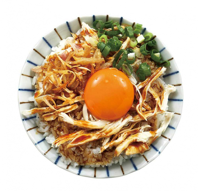 「月見雞絲雞油拌飯」包含桂丁雞絲、土雞蛋黃,將桂丁雞雞油拌勻後品嘗,香氣逼人。(35元)(圖/于魯光攝)