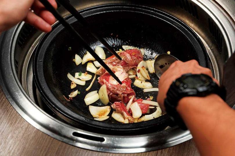 台式石頭火鍋下湯前的爆香,是美味的關鍵。(圖/于魯光攝)