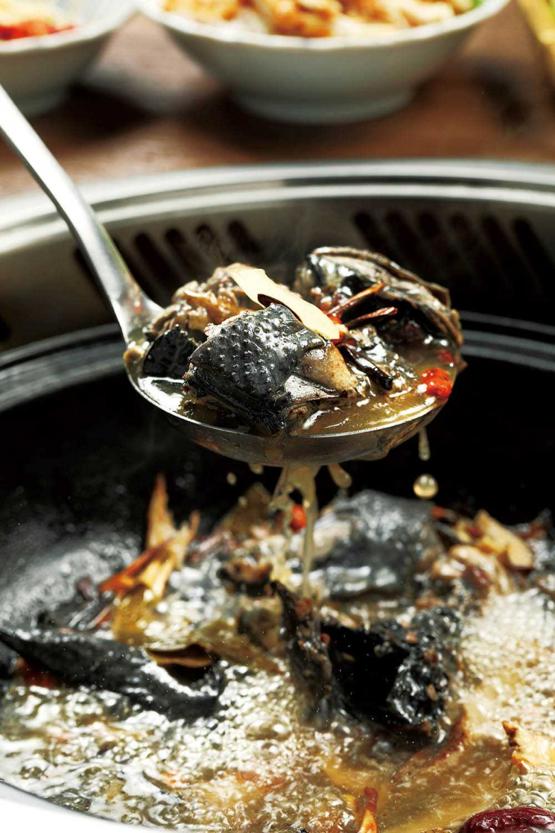 「酒酒火山燒酒烏骨雞」是以桂丁烏骨雞為的米酒燒酒雞,視覺與味覺都滿分。(499元)(圖/于魯光攝)