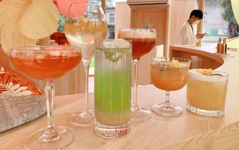 有6款色彩繽紛的「熱帶島嶼花園特調飲品」可以選。(圖/吳雅鈴攝影)