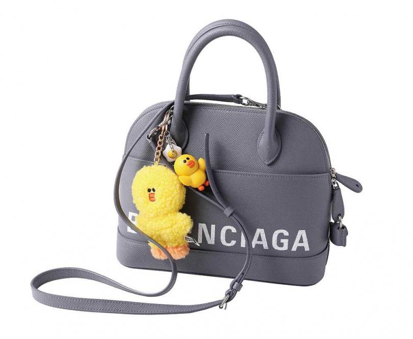 BALENCIAGA手提包/約60,000元 SWAROVSKI × LINE FRIENDS莎莉毛絨鑰匙扣/350元 莎莉鑰匙扣掛件/約288元(攝影/戴世平)
