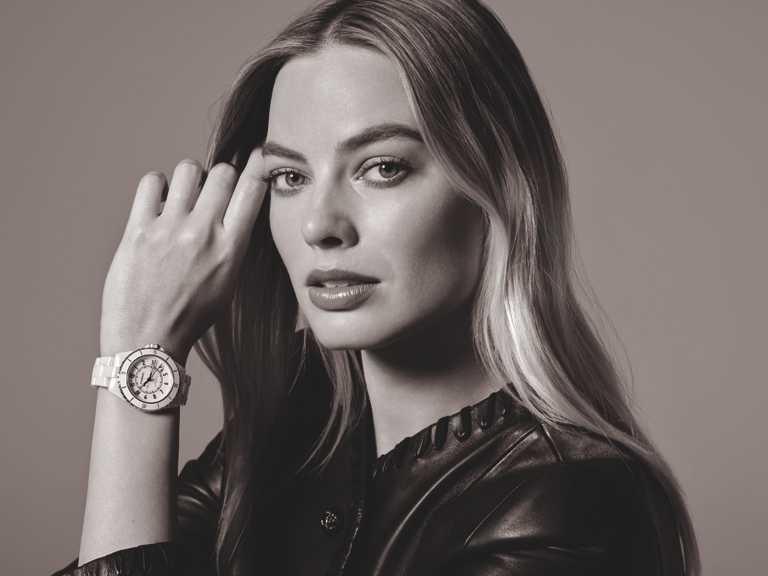 香奈兒「J12」腕錶最新形象大使瑪格羅比,優雅佩戴「J12」腕錶白色陶瓷款╱212,000元。(圖╱CHANEL提供)