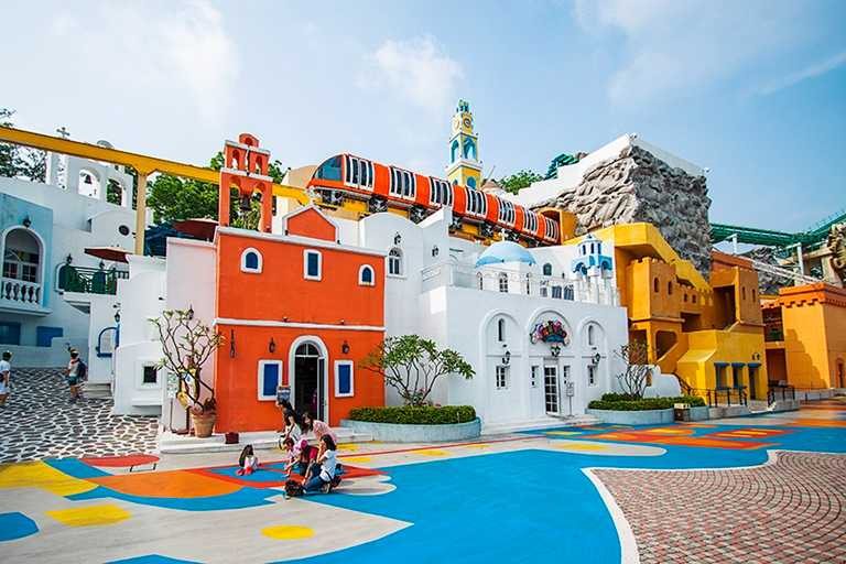 義大遊樂世界打造的希臘「聖托里尼山城」,讓遊客無須出國也能感受希臘風情。
