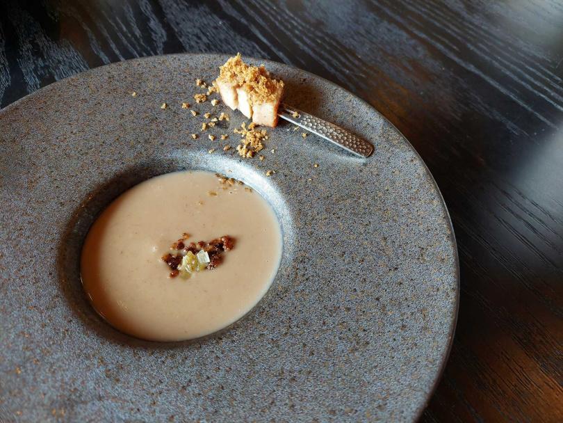 以糖炒栗子發想的湯品,有融合新埔客家特色的鹹豬肉。