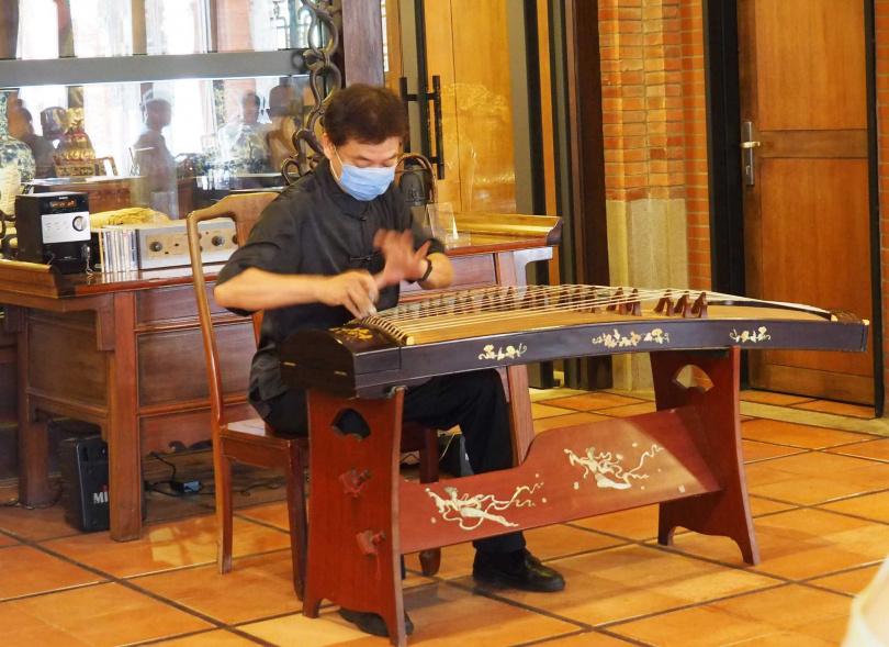 香港箏樂家陳志成以不同曲風的樂曲做為每道菜色的說菜引子。