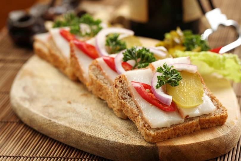 ▲M-Cafe招牌俄國菜「經典香料薩洛」醃豬油片搭麵包,口感似奶油滑潤,洋蔥解膩。(150元)(攝影/于魯光)