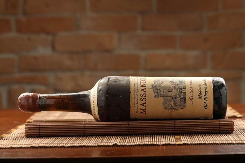 ▲酒窖珍藏瑪桑德拉沙皇葡萄酒,鎮店之寶來自1837年。(攝影/于魯光)