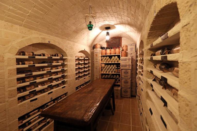 ▲低溫酒窖保存各重要年份酒藏,可挑選送給特別的人。(攝影/于魯光)