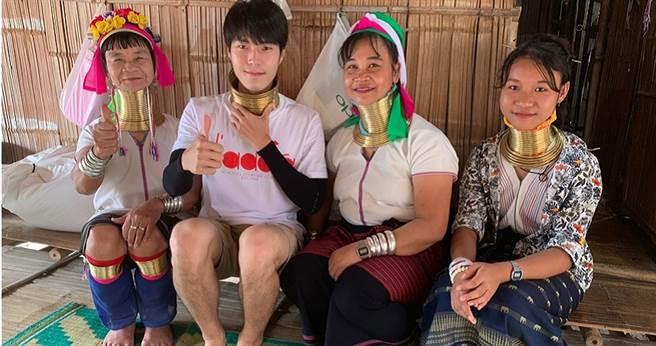 唐振剛體驗泰國長頸族銅環繞頸。(圖/八大提供)