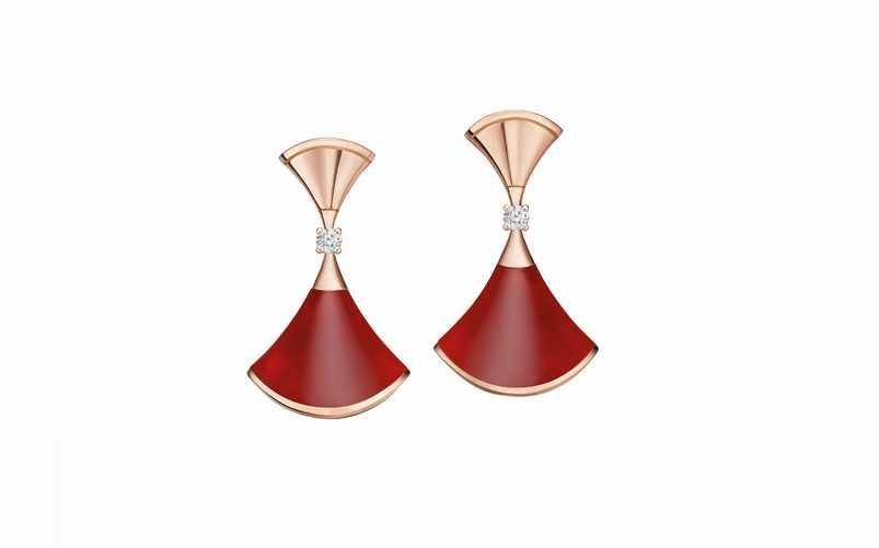 BVLGARI「Divas' Dream系列」玫瑰金紅玉髓與鑽石耳環╱82,400元(圖片提供╱BVLGARI)