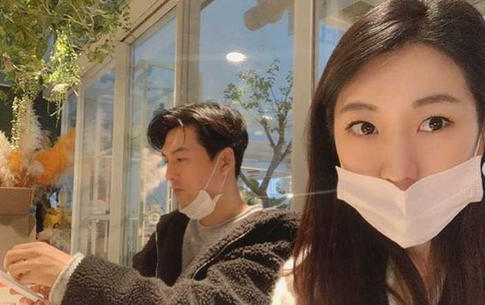 李畢茂和老婆徐秀妍戴著口罩去餐廳。(圖/翻攝徐秀妍IG)