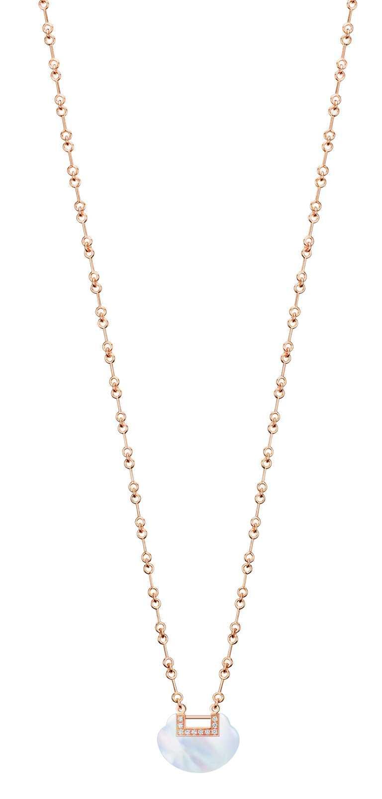 Qeelin「Yu Yi系列」18K玫瑰金鑲鑽珍珠母貝中型項鍊╱156,000元。(圖╱Qeelin提供)