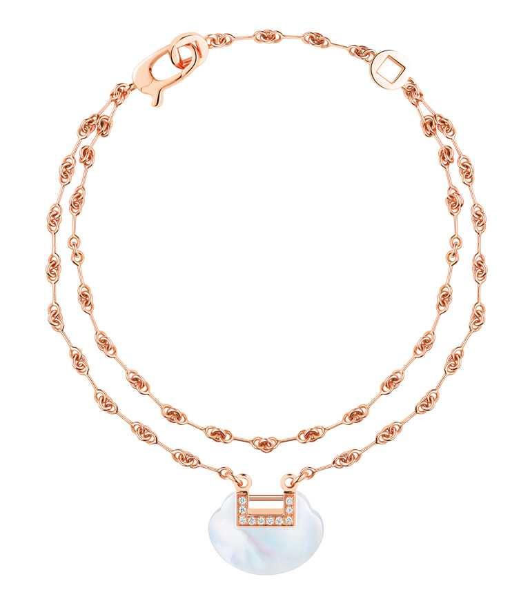 Qeelin「Yu Yi系列」18K玫瑰金鑲鑽珍珠母貝雙鍊手鍊╱92,500元。(圖╱Qeelin提供)
