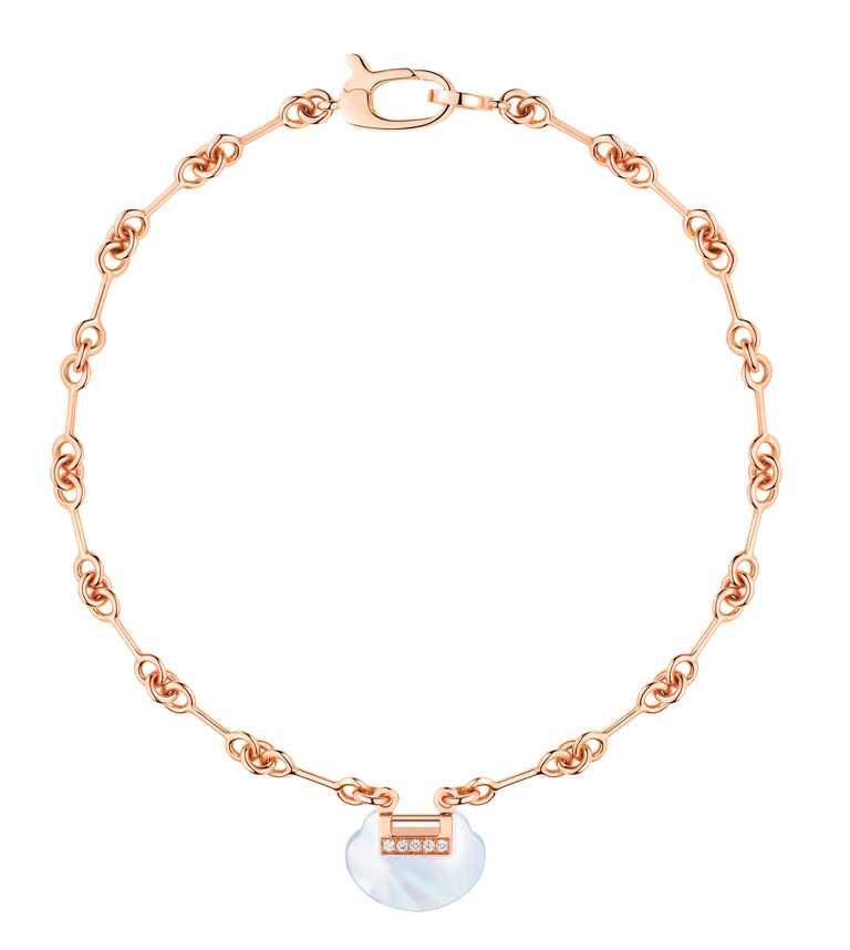 Qeelin「Yu Yi系列」18K玫瑰金鑲鑽珍珠母貝手鍊╱67,000元。(圖╱Qeelin提供)