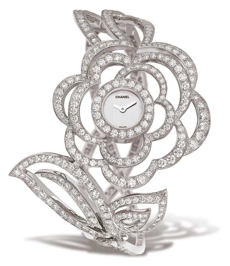 CHANEL「Fil de Camelia」山茶花腕錶╱18K白金,鑲嵌397顆總重約13.3克拉圓形切割鑽石╱4,889,000元。(圖╱CHANEL提供)