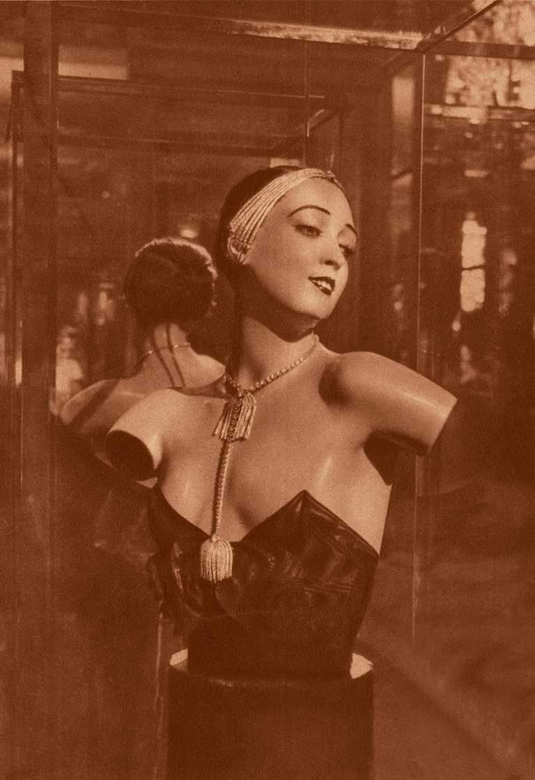 1932年,香奈兒女士於巴黎的私人豪宅中,發表「1932 Bijoux de Diamants」系列作品,以人台模特兒展現仕女佩戴珠寶的真實樣貌。(圖╱CHANEL提供)