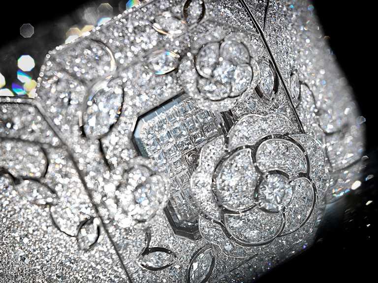 CHANEL「Les Éternelles de CHANEL」山茶花神秘珠寶腕錶╱18K白金,鑲嵌1顆重約0.4克拉E-VVS1圓形切割鑽石,12顆總重約1.44克拉欖尖形切割鑽石,2319顆總重約41.52克拉圓形切割鑽石╱21,335,000元。(圖╱CHANEL提供)