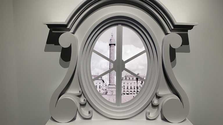 CHANEL《重返1932 Bijoux de Diamants頂級珠寶展》,展場以香奈兒位於巴黎芳登廣場(Place Vendome)成立的珠寶精品店為設計元素,重現由內向外的凝望視角。(圖╱黃偉雄攝影)