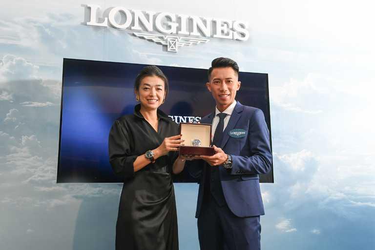 SWATCH集團台灣分公司總經理Heidi,致贈「極地遠征冠軍」陳彥博LONGINES「Spirit先行者」系列藍色太陽紋面盤計時碼錶。(圖╱LONGINES提供)