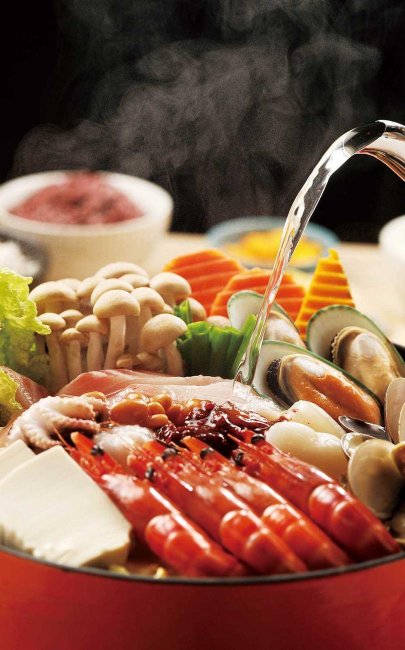 滿滿海鮮食材的「釜山男子漢海鮮鍋」,搭配祕製辣醬與鷹嘴豆醬,鮮中帶勁。(638元)(圖/于魯光攝)