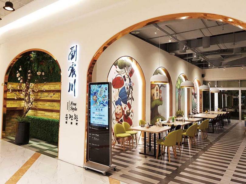 「劉震川韓潮吧」的牆面為愛麗絲夢遊仙境壁畫,充滿童趣。(圖/店家提供)