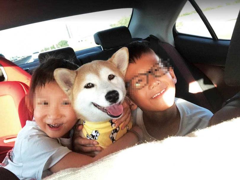自從養了花妹之後,高山峰覺得自己就是3個孩子的爸爸,也教導一雙兒女要愛護動物。(圖/高山峰提供)
