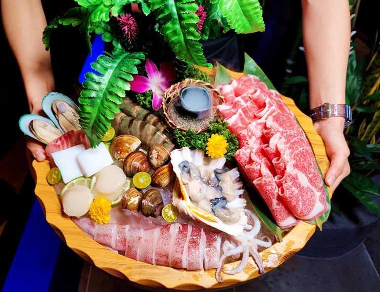 超值的「雙人奢華套餐」,一次享用海陸美食。