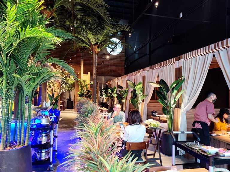 「泰滾崇德店」把森林元素搬入餐廳內,甚至還打造一顆「月亮」營造氣氛。