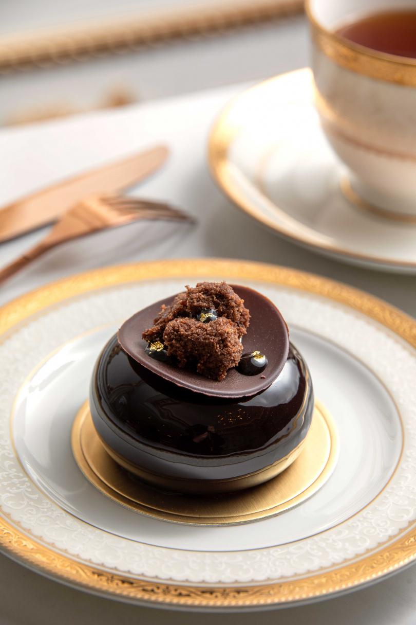 「法芙娜瓜納拉70%」的內餡濃郁且層次豐富,還以手工餅乾與金箔點綴,讓造型更加分。(280元)