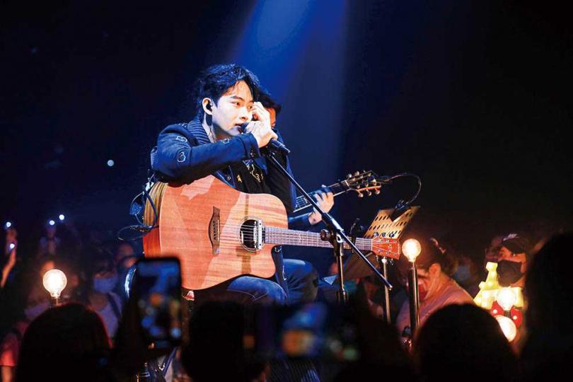 首次舉行個人售票演唱會的張庭瑚,挑戰自彈自唱〈不該擁有的事〉、〈我不該哭〉等歌曲。(圖/翻攝自張庭瑚臉書)