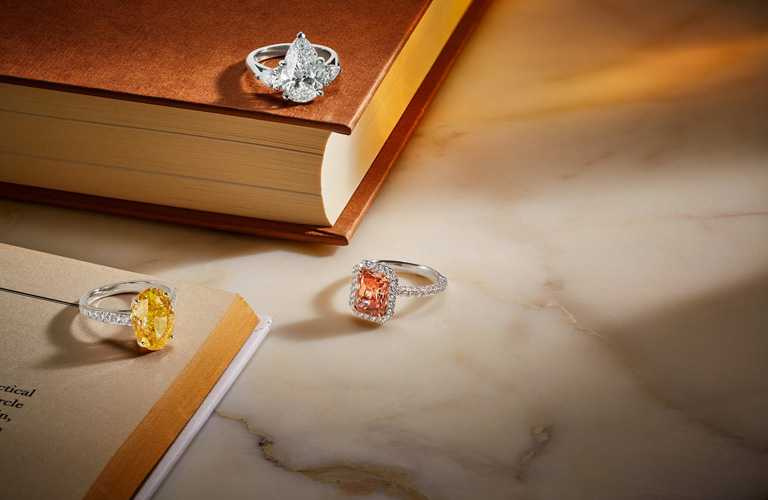 透過DE BEERS官方網站,顧客可線上購買高至售價25萬美金以內(約750萬台幣)的珠寶作品。(圖╱DE BEERS提供)