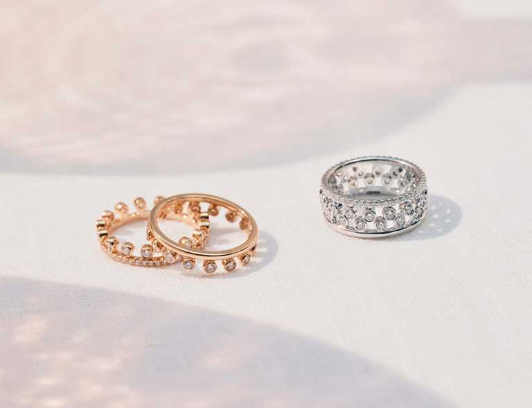 DE BEERS「Dewdrop」系列,(左)18K玫瑰金單行密釘鑲鑽戒環╱95,000元;(中)18K玫瑰金單行鑽石戒環╱73,000元;(右)18K白金鑽石戒環╱146,000元。(圖╱DE BEERS提供)