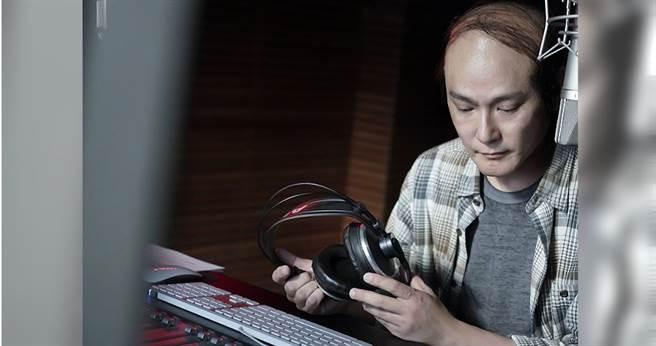 張信哲在電影中飾演DJ。(圖/潮水音樂提供)
