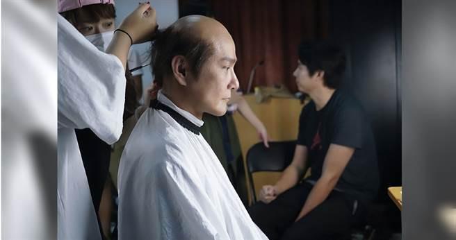 張信哲花了5小時化身禿頭大叔。(圖/潮水音樂提供)