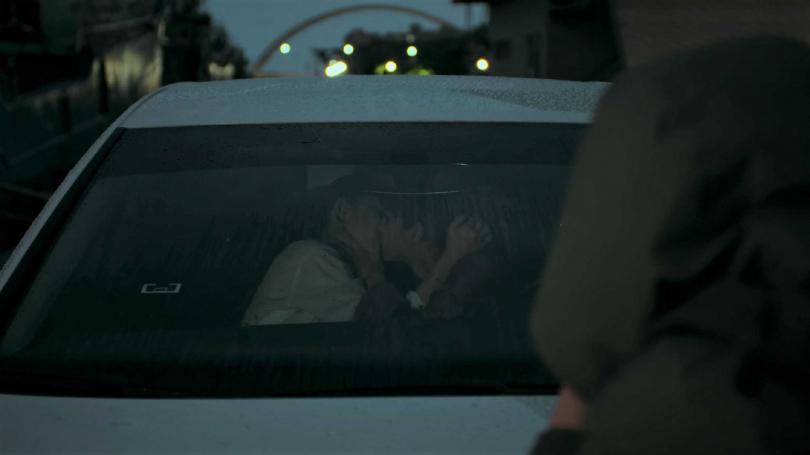 温貞菱(左)在劇中與劉主平飾演的女友約會激吻,遭媒體跟拍。