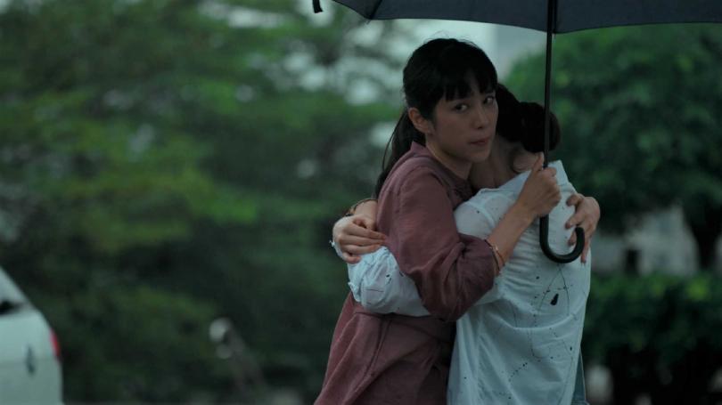温貞菱(左)在劇中與劉主平飾演的女友約會遭媒體跟拍。